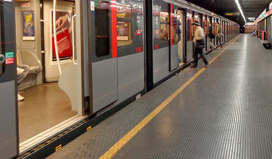 Investito da metro a Roma, estratto vivo da vigili del fuoco