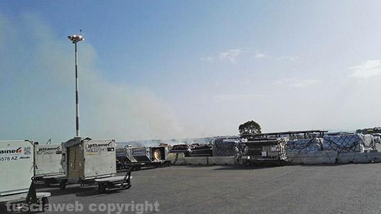Fiumicino, nuovo incendio nei pressi dell'aeroporto. A fuoco immondizia e sterpaglie