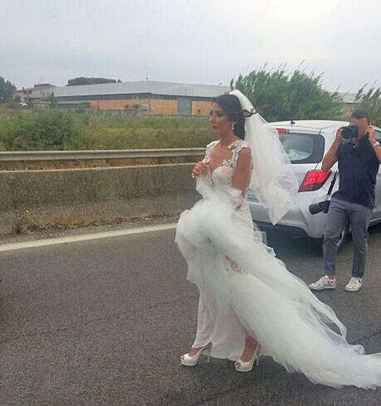 Incendio sulla Pontina, bloccata nel traffico c'è anche la sposa