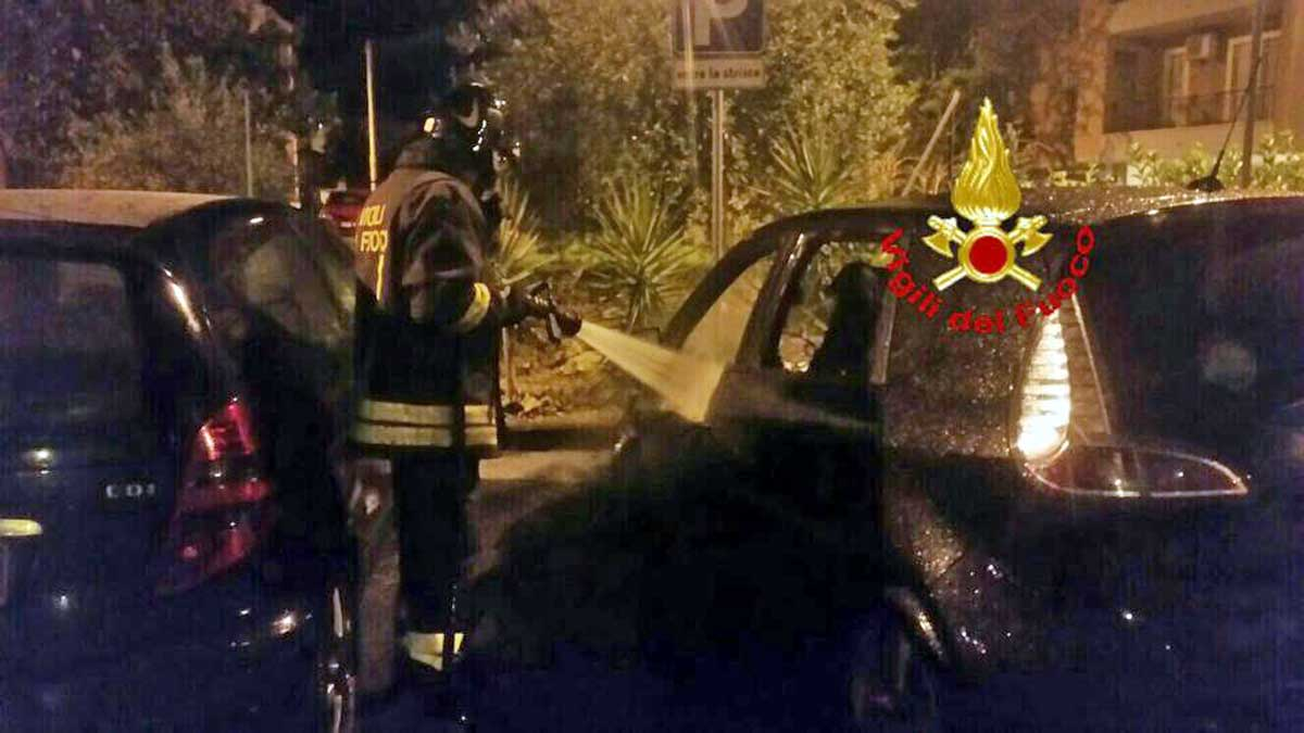 Due auto avvolte dalle fiamme nella notte