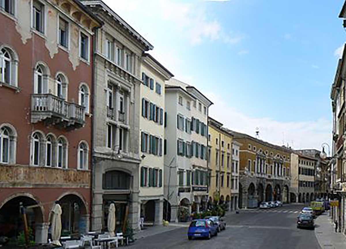 Udine, violenta la ex moglie poi si impicca
