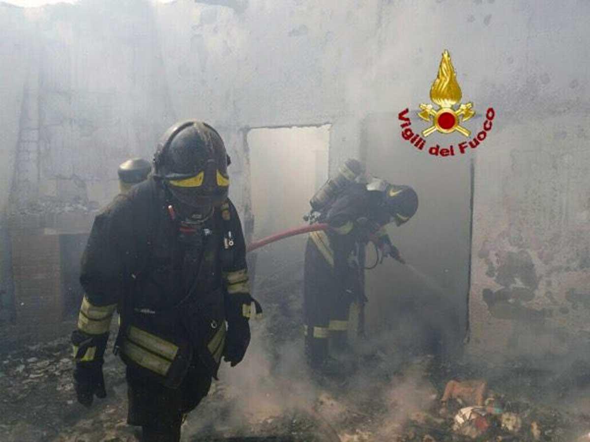 Vigili del fuoco forzano portone dell'ex caserma per domare incendio