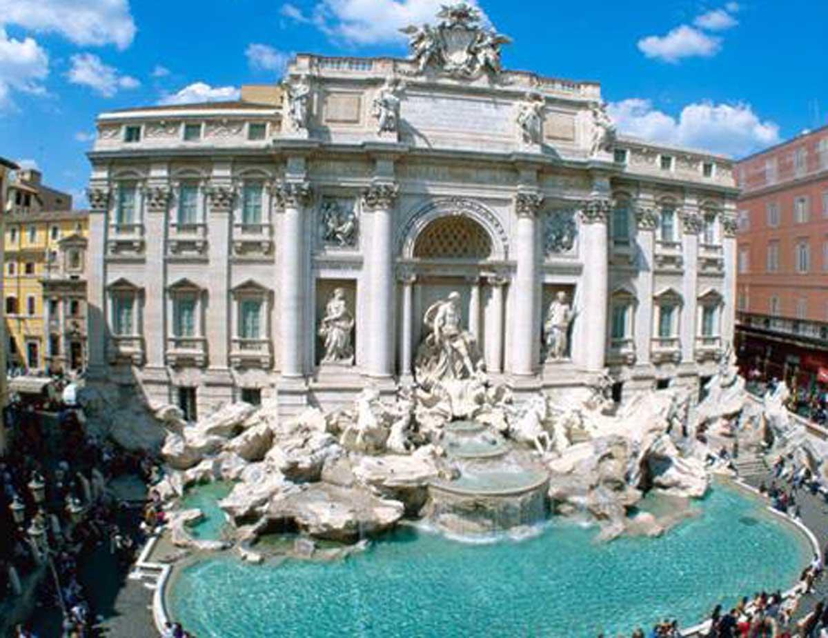 Fotografava biancheria intima turiste a Fontana di Trevi: arrestato