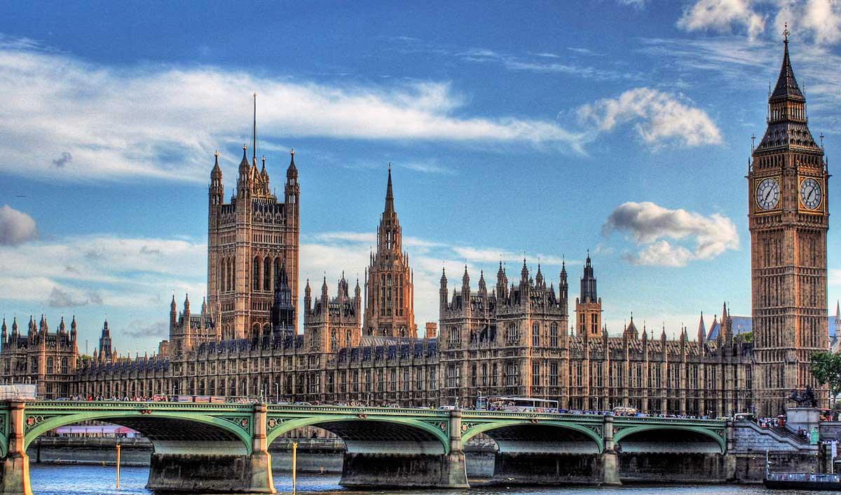 Londra, un possibile terrorista armato di coltello fermato a Westminster