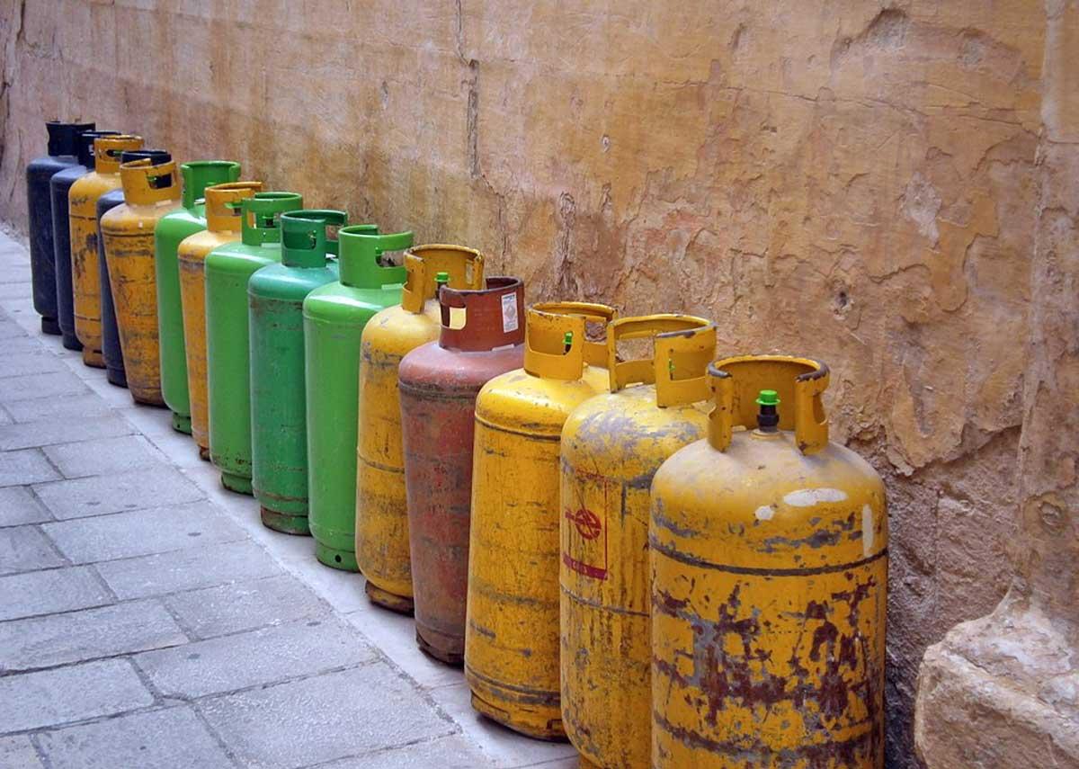 #Roma, minaccia di suicidarsi innescando quattro bombole del gas