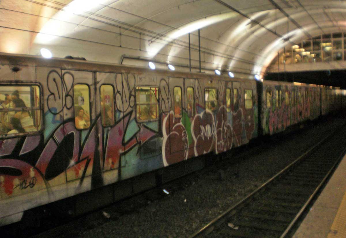 Rimane incastrata nelle porte della metro e viene trascinata per metri: grave