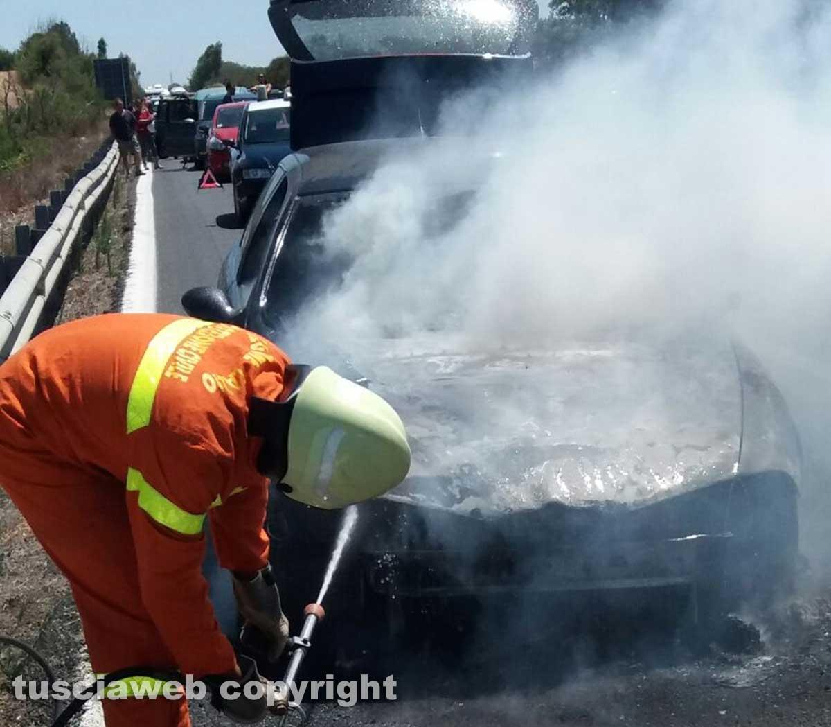 Pescia Romana- Auto in fiamme sull'Aurelia