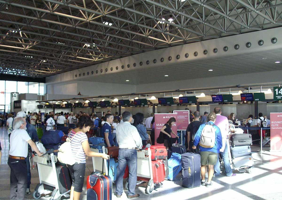 Ritardi fino a un'ora Linate e Malpensa, lavoratori riuniti in assemblea